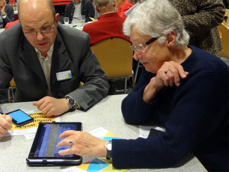 Seniorin am Tablett in Amtzell 3.11.2013
